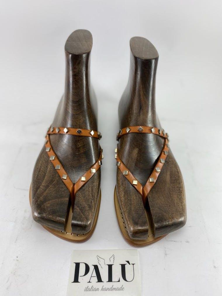 sandalo positano in pelle con borchiette